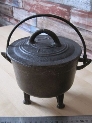 Petit mini chaudron en fonte poids 1 kg 410