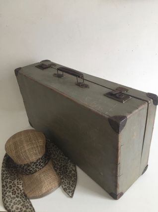 Valise en bois patinée par le temps
