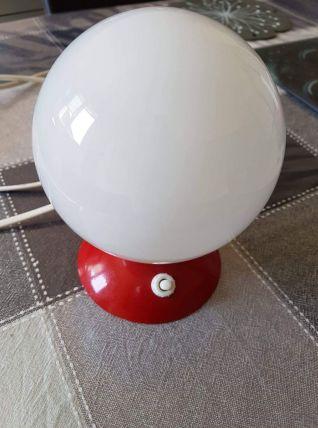 lampe à poser vintage rouge avec opaline blanche