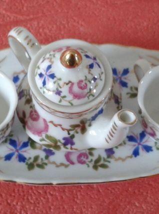 Théière et ses deux tasses miniature sur un plateau.