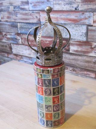 Création sur boite en fer avec une couronne.Décoré de timbre