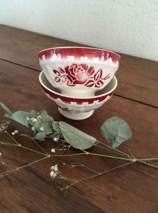 Deux bols Digoin au décor fleuri bordeaux.