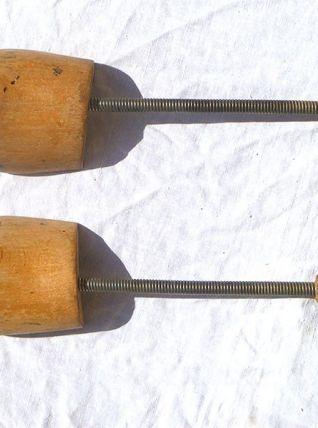 embauchoirs anciens en bois et métal