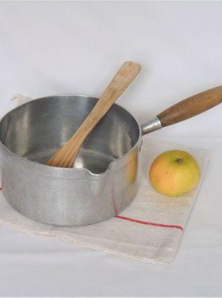Ancienne casserole en métal, décor de cuisine vintage.
