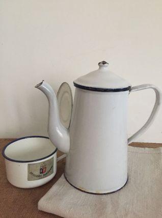 Cafetière et petit pot émaillés blancs avec liseré bleu