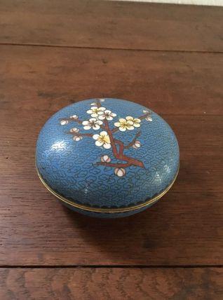 Boite ronde en émaux cloisonnés décor de fleurs de cerisier.