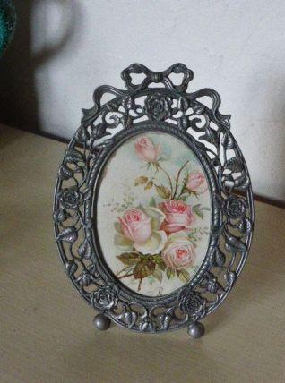 Cadre ovale en etain a decor de roses, fronton ruban ancien