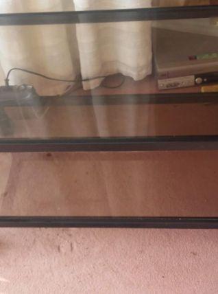 Meuble TV en verre sur roulettes