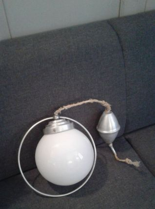 Suspension boule en alu et opaline.