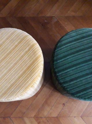 Une paire de poufs vintage en velours