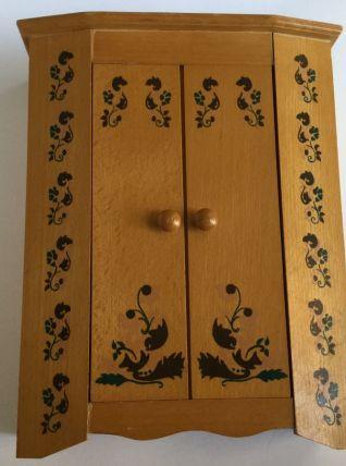 Belle armoire en bois pour poupée