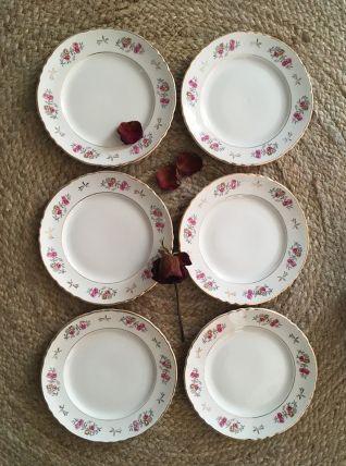 Six assiettes dessert à la bordure de fleurs.