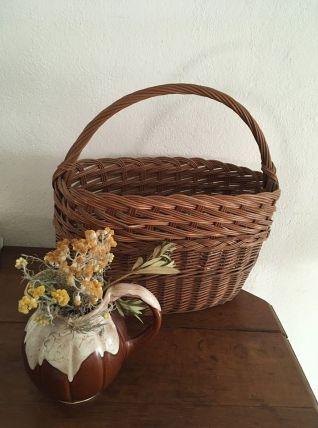 Panier vintage à l osier brun doré.