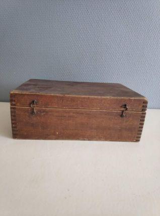 boite ancienne en bois fermée par 2 crochets