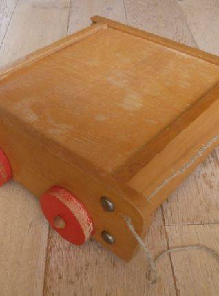 Ancien jeu de construction en bois brut dans son chariot