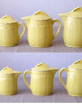 6 jolies verseuses à couvercles anciennes en faïence jaune