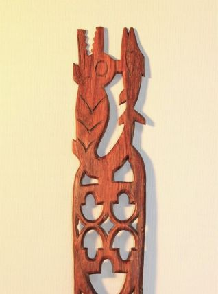 Peigne en bois décor crocodile et de poisson. Art ethnique.