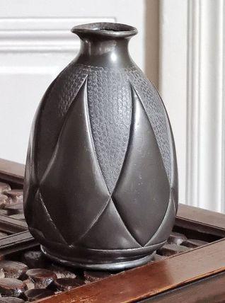 Vase en étain signé Plasait