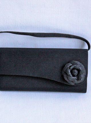 Elégante pochette de cérémonie noire. Excellent état.