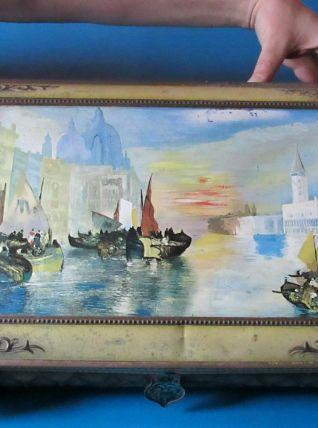 Belle et grande boite ancienne en tôle à décor vénitien