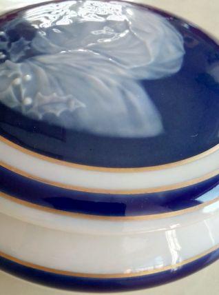 Boîte ancienne porcelaine signée.
