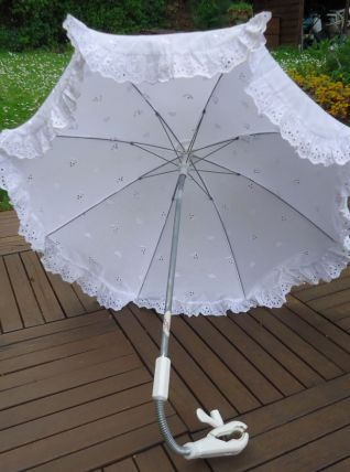 Ombrelle blache broderie anglaise pour poussette avec fixati