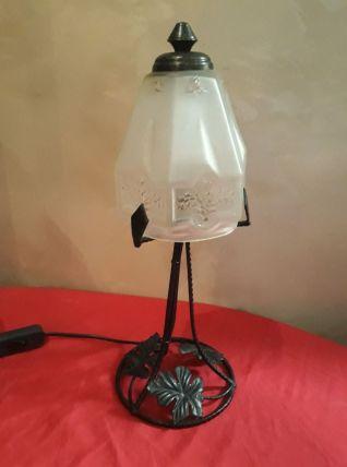 lampe fer forgé et son verre moulé opaque 1900 a 30 art deco