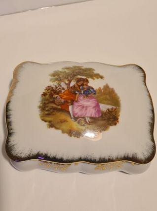 Boîte en porcelaine de Limoges décor scène galante