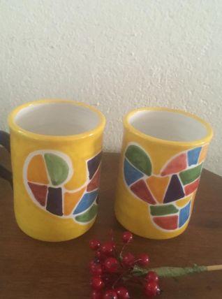 Deux mugs en poterie vernissée.