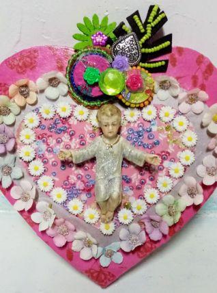 Christ sur un cœur mural kitsch et coloré avec chapelet