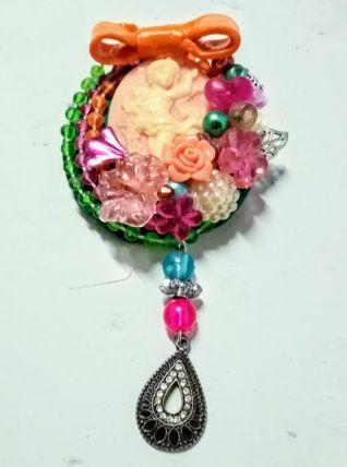 Broche camée kitsch, colorée, pendentif camée