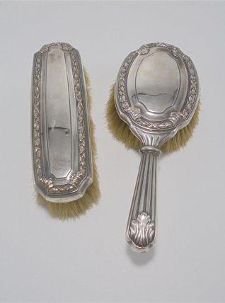 2 anciennes brosses en métal argenté