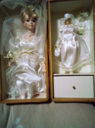 vends une ancienne poupée en porcelaine dans un robe de mari