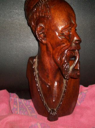 SCULPTURE EN BOIS AFRIQUE GUERRIER FUMANT LA PIPE