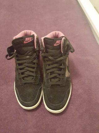 basket Nike noir et rose