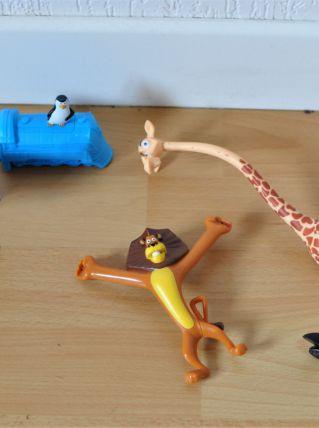 Lot de 26 figurines diverses: Garfield, Angry Bird, Bob l'éponge, Hello Kitty...