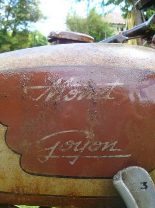 "Ancienne moto de collection ""Monet Goyon"""