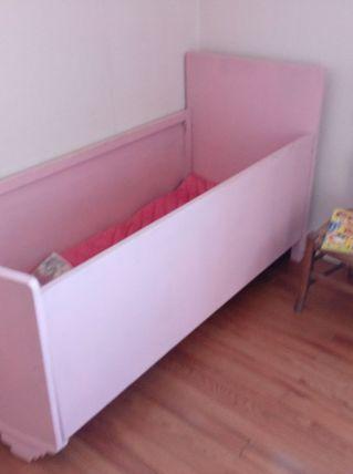 Lit de bébé/enfant vintage rose