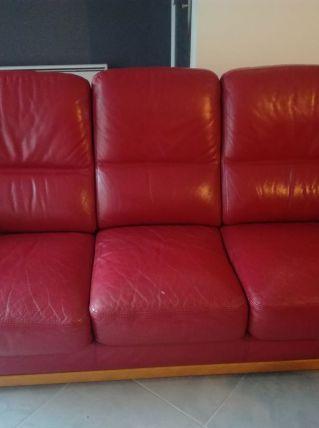 Canapé en cuir rouge et bois massif