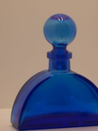 carafe bleue demi-cercle au bouchon boule