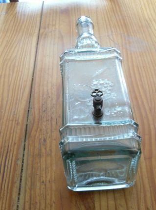 grosse bouteille en verre et robinet en laiton