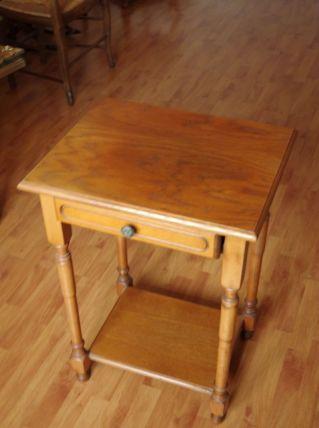 Petite table haute en bois massif