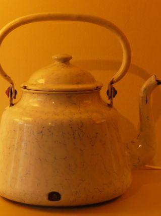 ancienne bouilloire en tôle émaillée