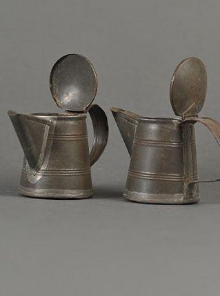 paire de petites verseuses anciennes en fer blanc