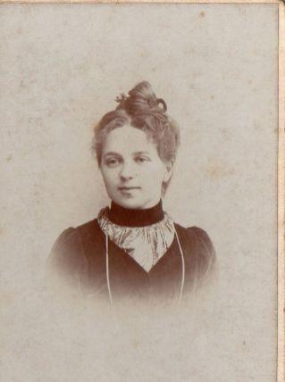 photo ancienne femme au chignon vers 1900