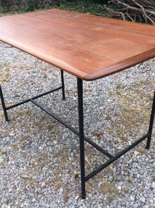 Table vintage plateau teck piétement acier noir