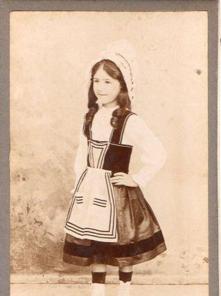 photo ancienne enfant en costume traditionnel vers 1900