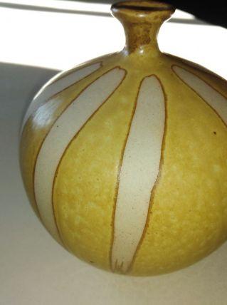 poterie ventrue jaune e blanche
