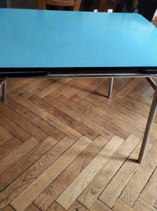 Table en formica bleu