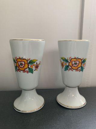 Paire de mazagrans en faïence blanche avec motif floral